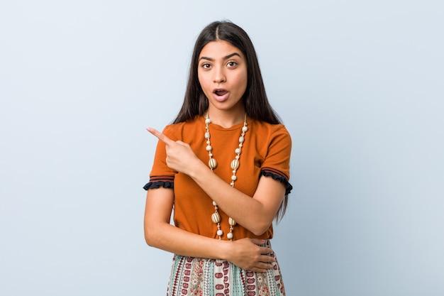 側を指している若いアラブ女性
