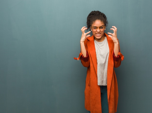 怒っていると動揺の青い目を持つ若い黒人アフリカ系アメリカ人の女の子
