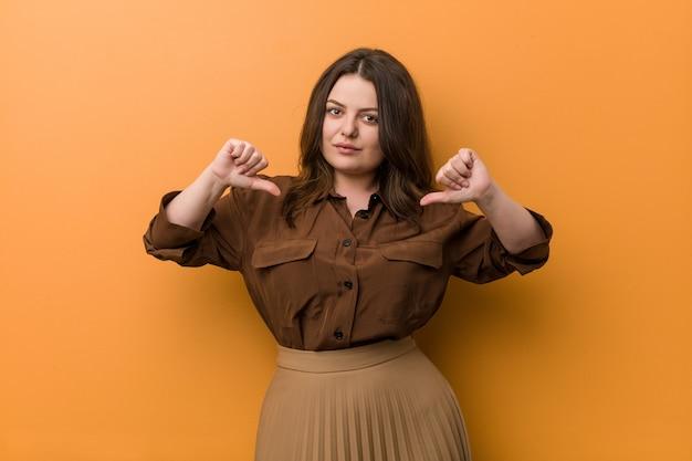 若い曲線のロシア人女性は誇りを持って自信を持って感じます。