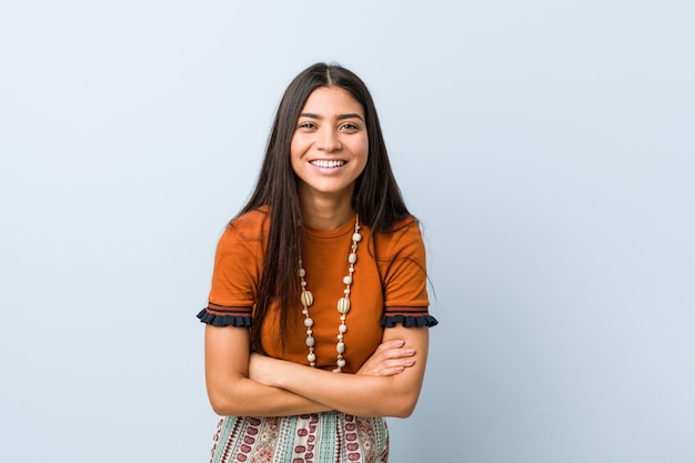 Молодая арабская женщина смеяться и веселиться.