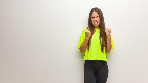 非常に怒っていると積極的な悲鳴を上げる現代の若い女性