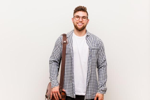 現代の若手実業家幸せ、笑顔と陽気です。