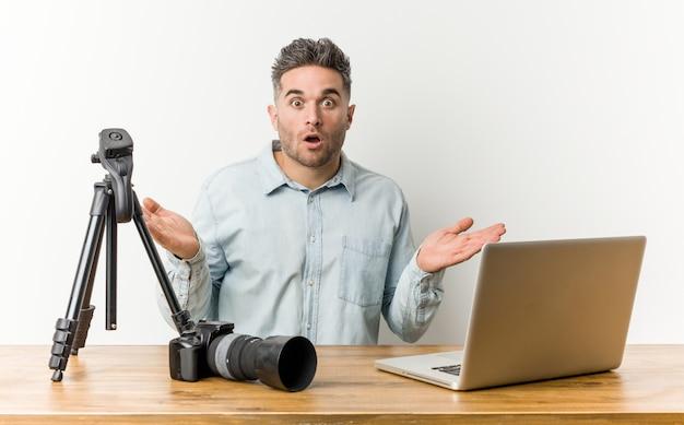 若いハンサムな写真の先生は驚き、ショックを受けました。