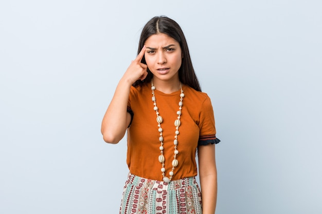 人差し指で失望のジェスチャーを示す若いアラブ女性。