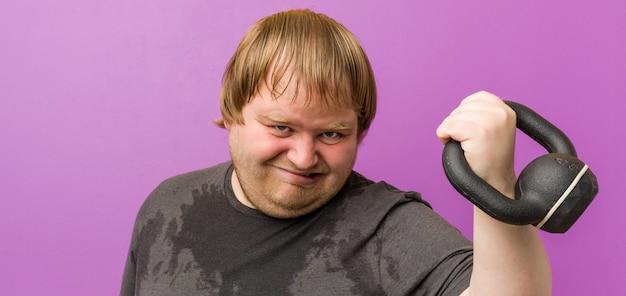 Кавказский сумасшедший блондин толстый мужчина потеет