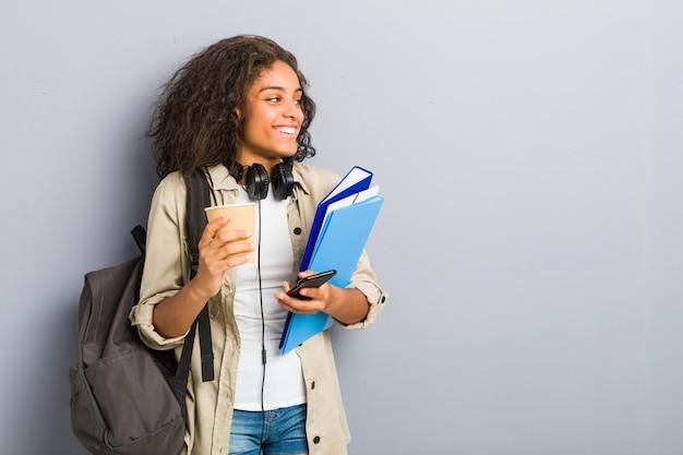 学校に行く準備ができている若いアフリカ系アメリカ人女性