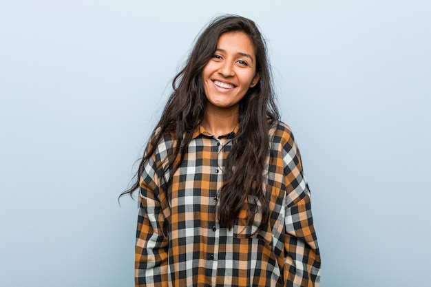 幸せ、笑顔、陽気な若いクールなインドの女性。