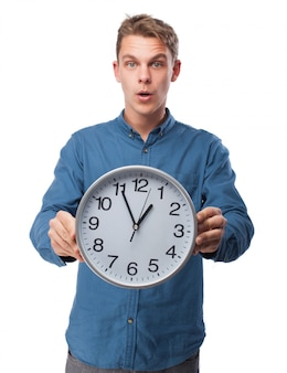 男は大きな時計を保持します