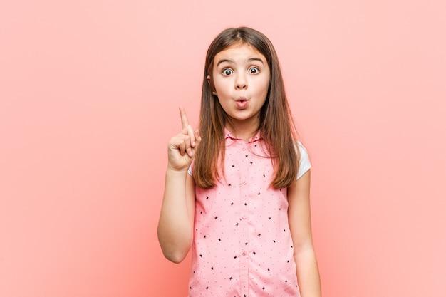 Милая маленькая девочка, имеющая отличную идею, творчества.