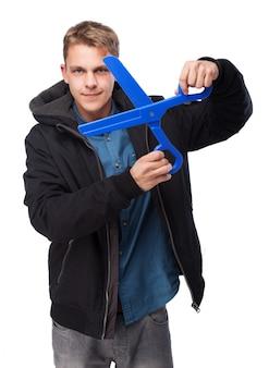 男は、大規模なプラスチック製のはさみを保持します