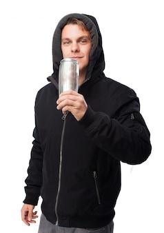 缶から飲む男
