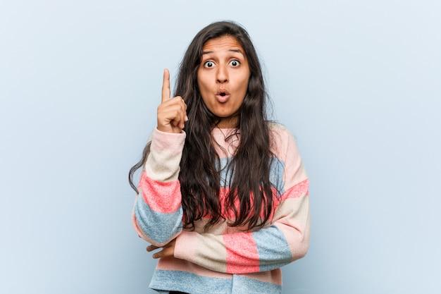 創造性のいくつかの素晴らしいアイデアを持つ若者のファッションインドの女性。