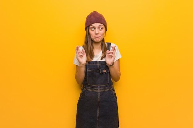 運を持っているための指を交差若い流行に敏感な女性