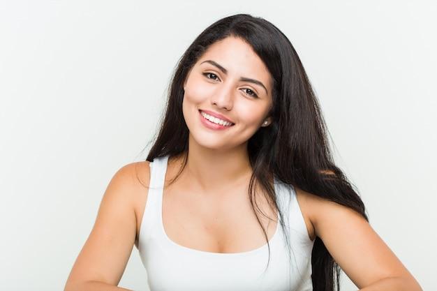 白に対して若いヒスパニック系女性