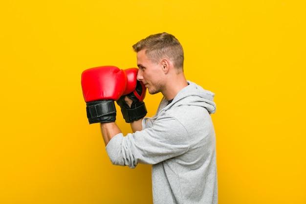 ボクシンググローブを身に着けている若い白人男