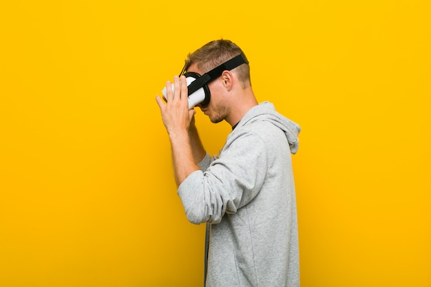 Молодой человек кавказской, используя очки виртуальной реальности