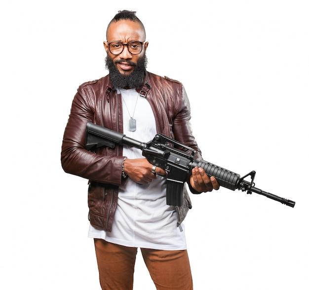 男は短機関銃を保持しています