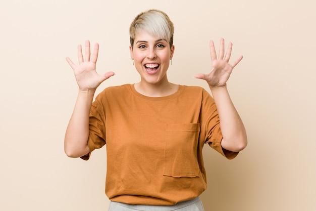 手で数十を示す短い髪の若いプラスのサイズの女性。