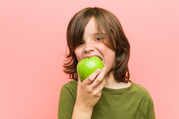 リンゴを保持している白人少年