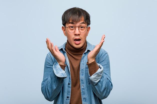 驚いてショックを受けた若い中国人男性