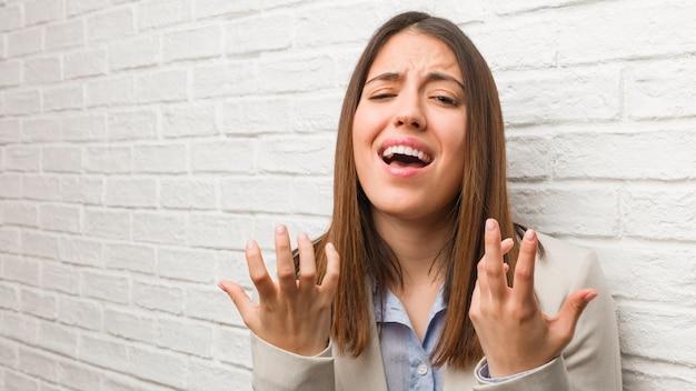 若いビジネス女性非常にスカと恐れている