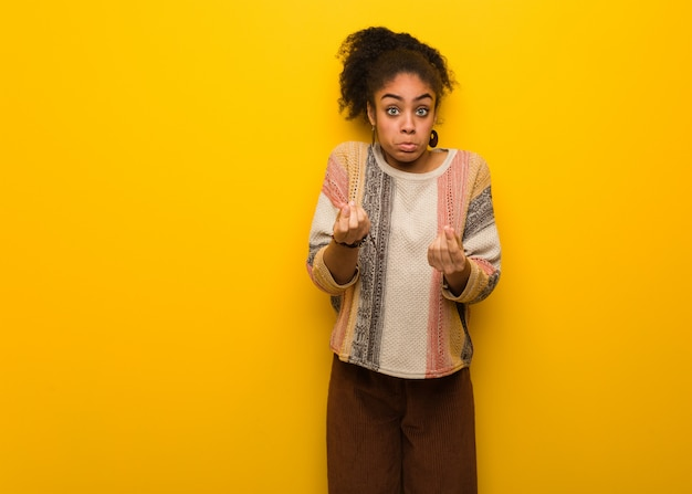 ジェスチャーが必要な青い目を持つ若い黒人アフリカ系アメリカ人の少女