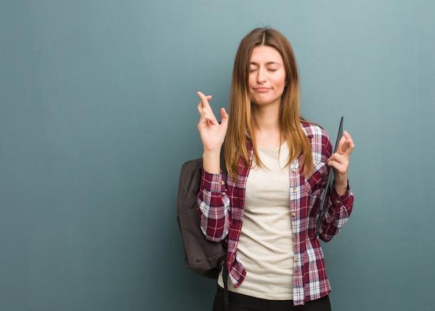 幸運を持っているための若い学生ロシア女性交差指