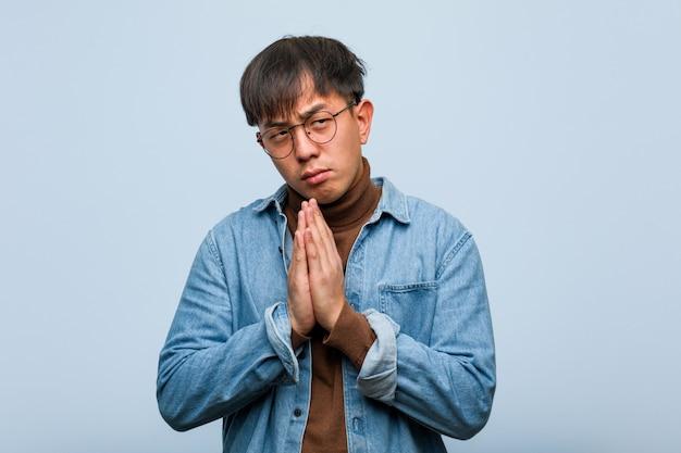 計画を考案する若い中国人男性