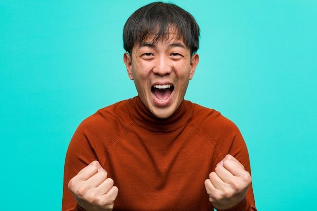 Молодой китайский человек удивлен и шокирован
