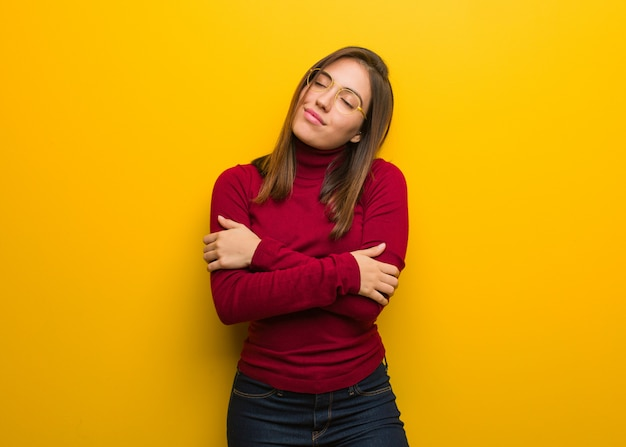 抱擁を与える若い知的女性