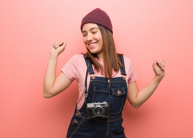 若いかわいい写真家の女性ダンスと楽しい時を過す