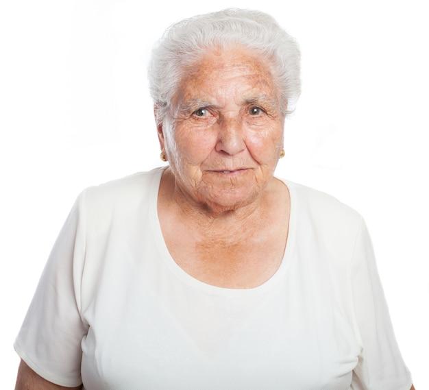 白い髪のシニア女性