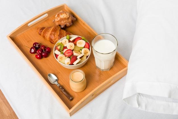朝食を持っている若い白人女性