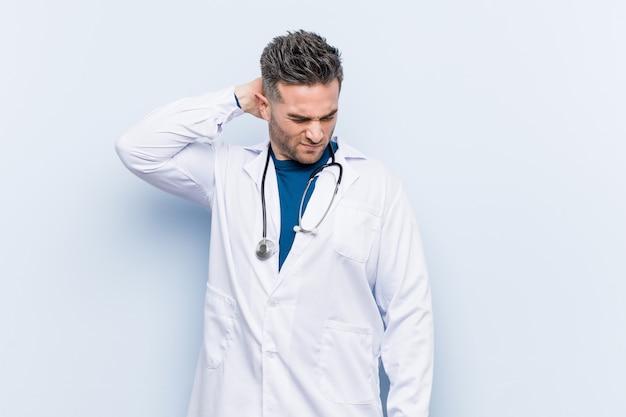 Молодой красивый доктор человек страдает боль в шее из-за сидячий образ жизни.