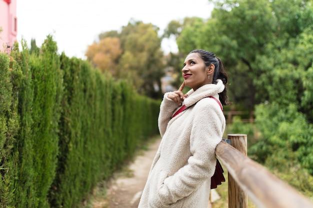 自然の場所に若いインド人女性
