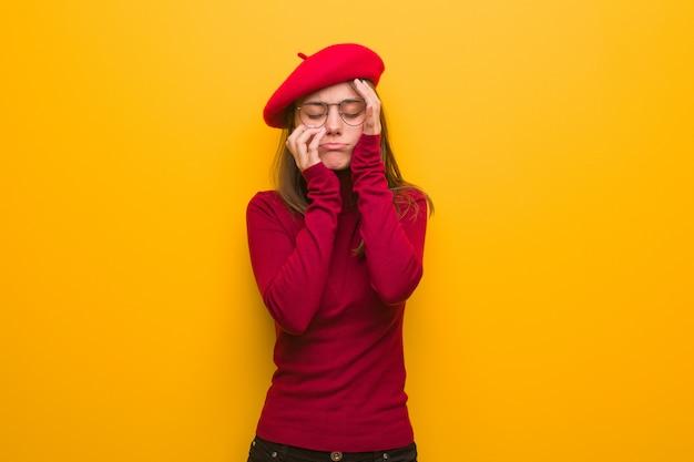 絶望的で悲しい若いフランス人アーティストの女性