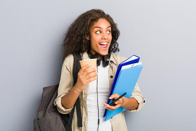Молодая афро-американская женщина готова пойти в школу