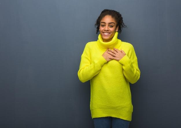 ロマンチックなジェスチャーをしている若い黒人女性