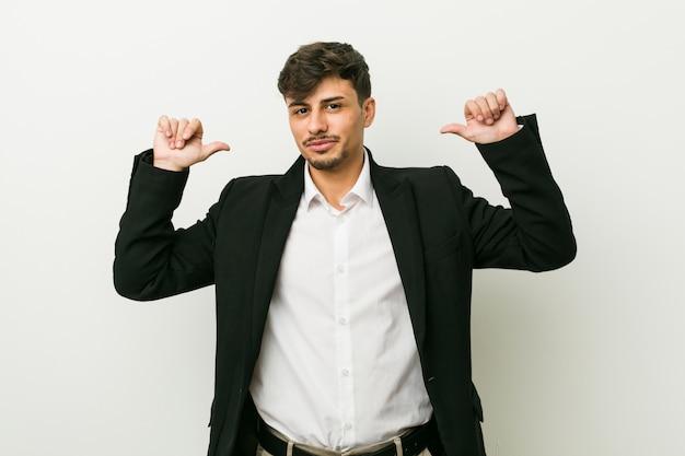 若いビジネスヒスパニック系の男は誇りに思って、自信を持って、次の例です。