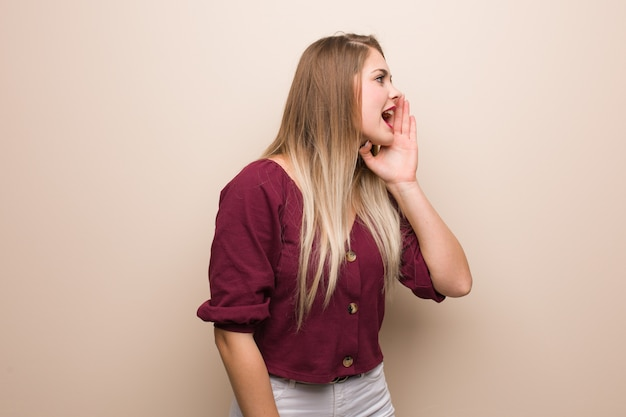 Молодая русская женщина шепчет сплетни подтекст