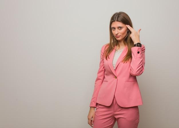 自殺ジェスチャーを行う若いビジネスロシアの女の子
