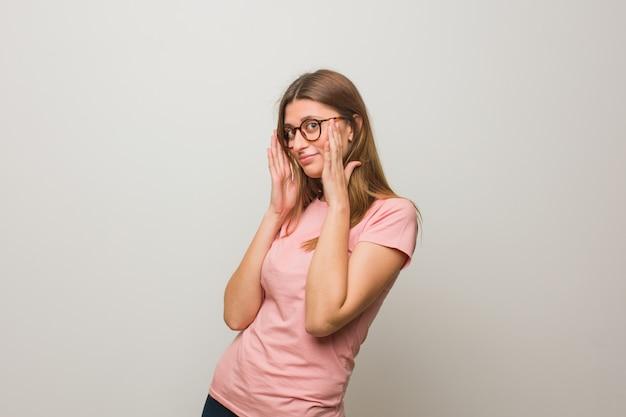 Молодая русская натуральная девушка стесняется и смеется одновременно