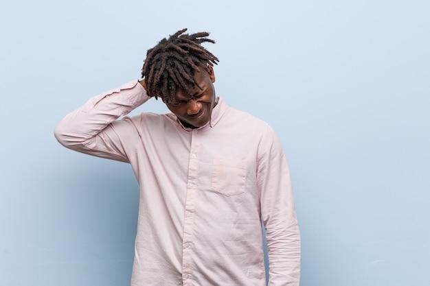 Молодой бизнес африканский черный человек страдает боль в шее из-за сидячий образ жизни.