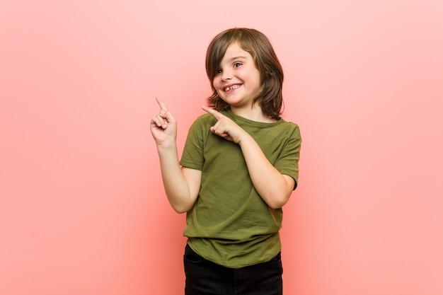 Маленький мальчик шокирован, указывая указательными пальцами на копию.