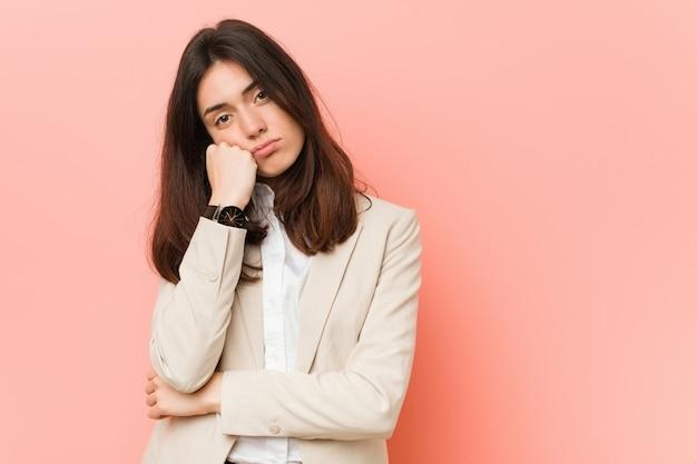 悲しいと物思いにふける若いブルネットビジネス女性