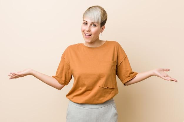 歓迎表現を示す短い髪の若いプラスのサイズの女性。