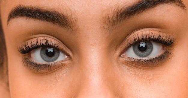 Крупным планом голубые глаза