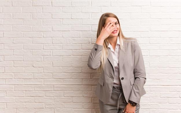 Молодой русский бизнес женщина человек, указывая рукой на копию рубашки, гордый и уверенный