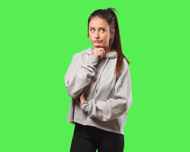 Молодая женщина фитнес сомневается и смущен