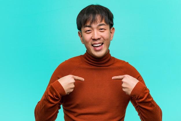 若い中国人男性は驚いた、成功し、繁栄していると感じる
